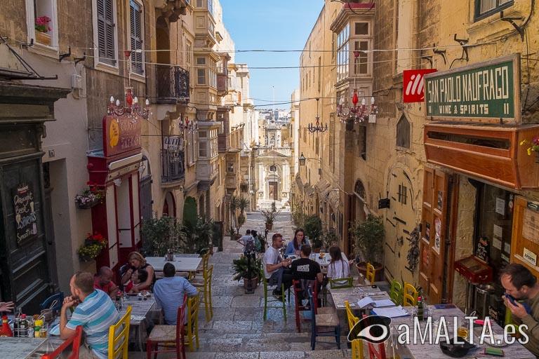 Calle con bares en Valeta